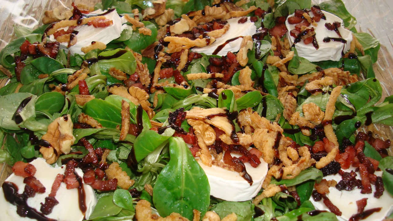 Bacon salad with pine nuts and raisins