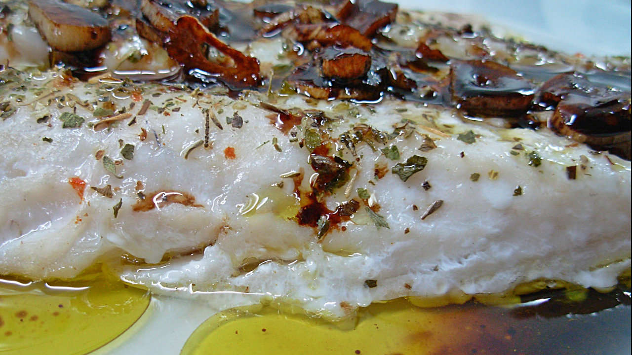 HAKE IN ITS JUICE WITH ONION AND LAUREL