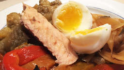Grilled vegetables with tuna and hard boiled eggs